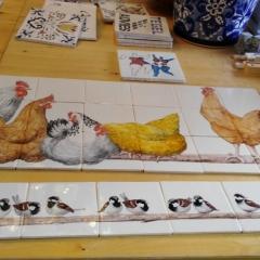 bruine kippen op stok