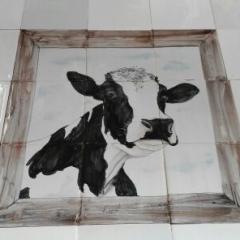 koe kijkt door raam, 9 tegels
