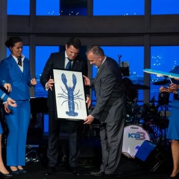 KLM Nederland opent nieuwe lijndienst op Bosten (kreeftenstad), Foto; overhandiging cadeau aan collega's in Bosten; 4 tableaus met blauwe kreeft. Hand-geschilderde tegels uit Nederland/Friesland